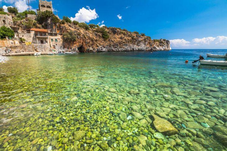 Αλύπα: Η παραλία της Μάνης με πράσινα νερά που έχουν γυριστεί ταινίες
