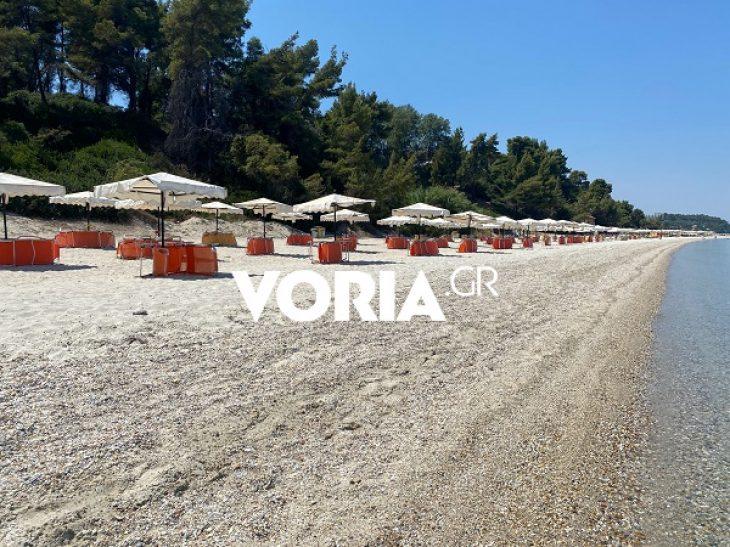 Χαλκιδική: Τεράστια ζημιά από τον τουρισμό – Εικόνες που συγκλονίζουν με άδειες όλες τις ξαπλώστρες