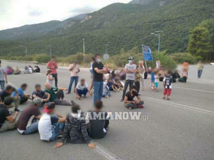 Θερμοπύλες πρόσφυγες: Καθιστική διαμαρτυρία προσφύγων στο δρόμο – «Θέλουμε τα δικαιώματά μας»