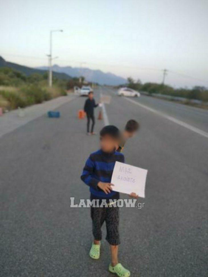 Θερμοπύλες πρόσφυγες: Καθιστική διαμαρτυρία στο δρόμο