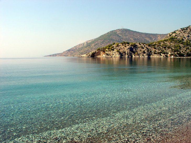 Μυστικές παραλίες: 13 ασφαλείς επιλογές με υπέροχα νερά στην Αττική