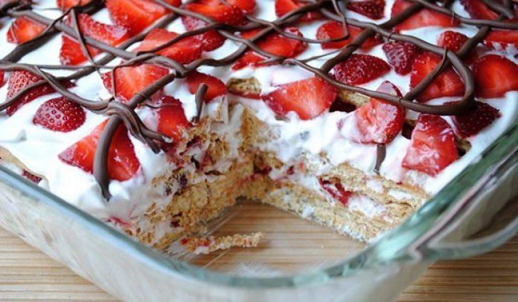 Μπισκοτογλυκό ψυγείου με φράουλες, έτοιμο σε ελάχιστα λεπτά