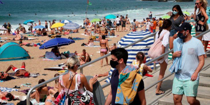 Μάσκα στην παραλία: Πρωτόγνωρες εικόνες από Πάρο και Αντίπαρο