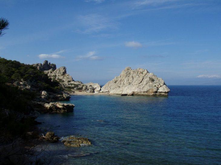 Στέρνα: Μια κρυφή ασφαλής παραλία με γαλάζια νερά 90' από την Αθήνα
