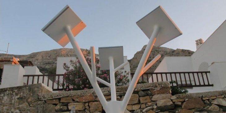 Σίφνος λιμάνι: Φορτίζουν κινητά και από ένα ηλιακό δέντρο στο λιμάνι