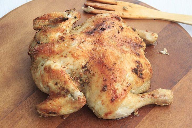 Κοτόπουλο στο φούρνο: Συνταγή για να πετύχεις λαχταριστή πέτσα