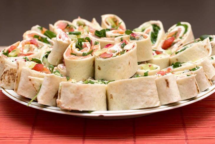 Σχολικό σνακ: Ρολάκια αραβικής πίτας με κοτόπουλο για τα παιδιά