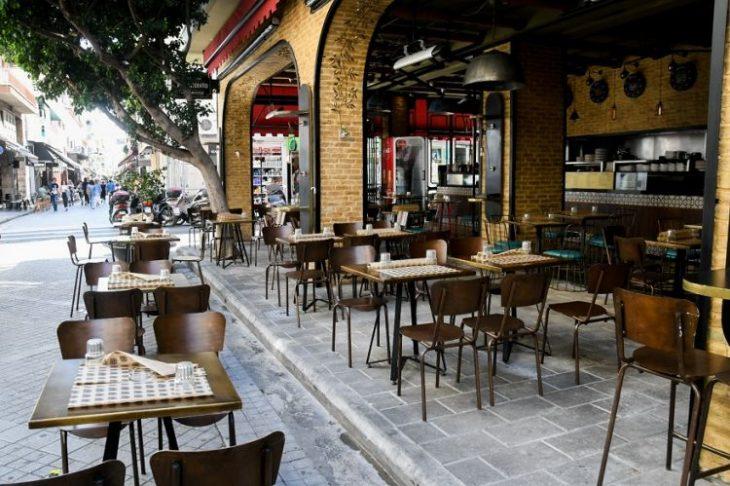 Νέα μέτρα στην Αττική: Τα καφέ και τα εστιατόρια θα κλείνουν από τις 22:00