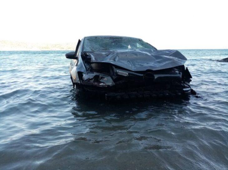 Βάρκιζα αυτοκίνητο: Έπεσε στο γκρεμό και κατέληξε σε παραλία της Βάρκιζας (Βίντεο)