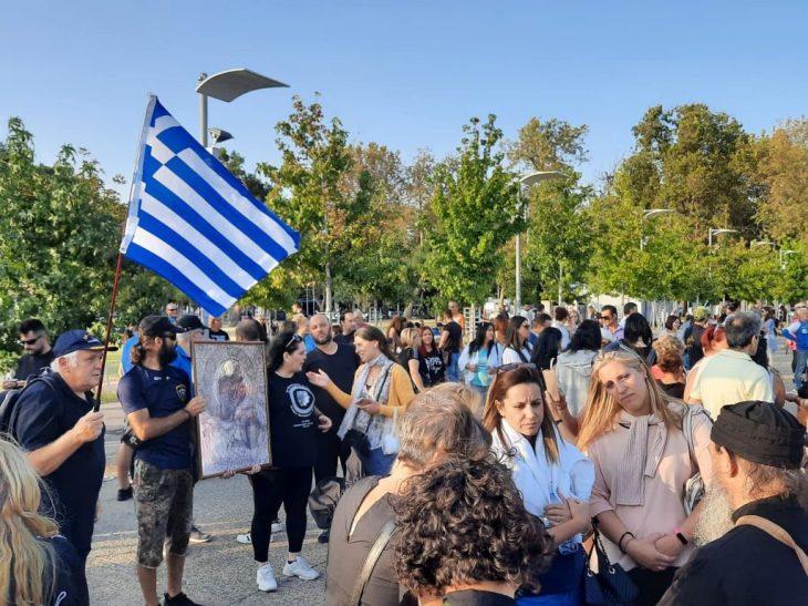 Αρνητές μασκών κι εμβολίων συγκεντρωθήκαν κρατώντας εικόνες της Παναγίας και ελληνικές σημαίες