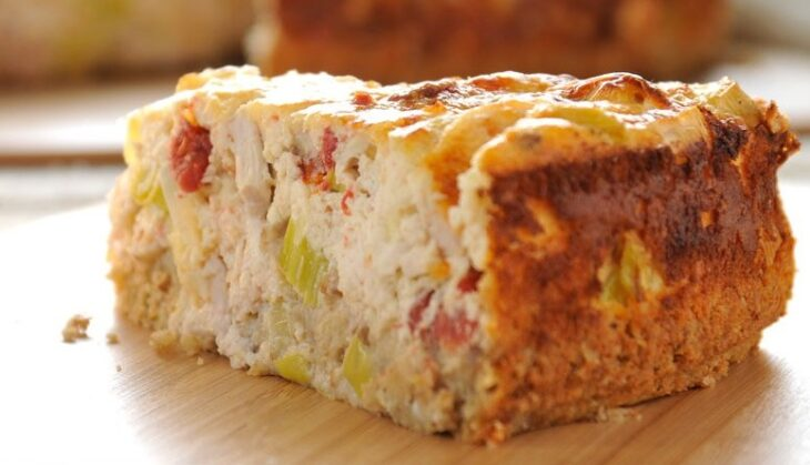 Αλμυρό κέικ: Συνταγή με κοτόπουλο και φιλαδέλφεια