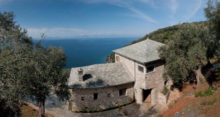 Η εντυπωσιακή κατοικία στο Πήλιο με την απίστευτη θέα στη θάλασσα πάνω σε μια πλαγιά με ελαιώνες