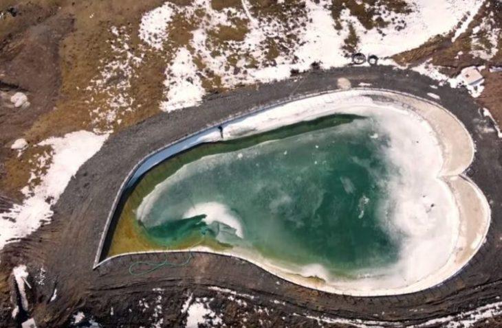 Λίμνη του έρωτα: Θα τη βρεις σε σχήμα καρδιάς, 4 ώρες από την Αθήνα