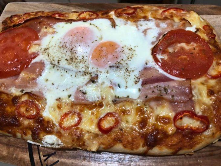Σπιτική πίτσα σπέσιαλ: Μοναδική συνταγή με αυγά τηγανιτά