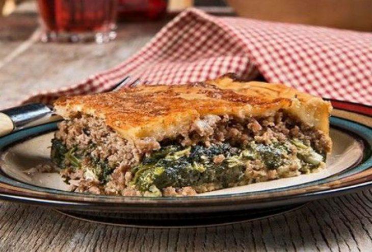 Πίτα με σπανάκι και κιμά: Γρήγορη συνταγή με χωριάτικο φύλλο
