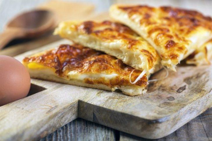 Τυρόπιτα στο τηγάνι: Γευστική και έτοιμη σε πολύ λίγα λεπτά
