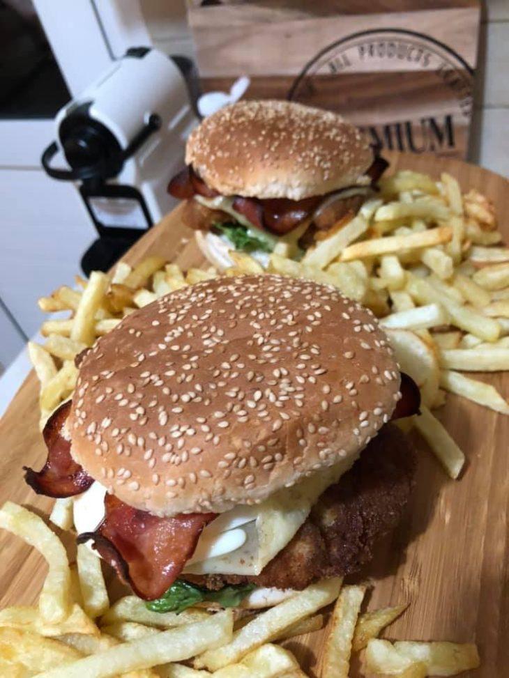 Σπιτικά burger: Φτιάξτε τα με κοτόπουλο, μπέικον και τηγανιτές πατάτες