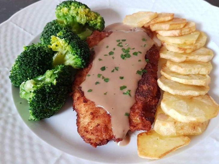 Σνίτσελ κοτόπουλο στο τηγάνι με Braun σως, μπρόκολο  και πατάτες