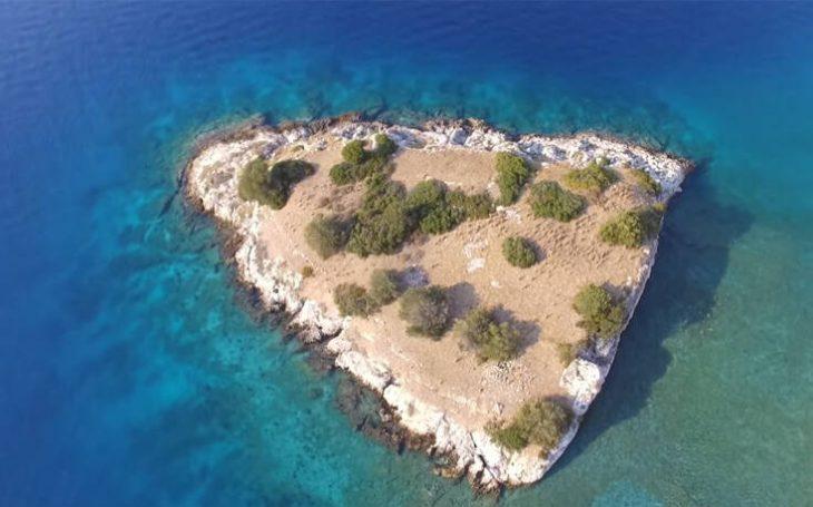 Το άγνωστο νησί των βρικολάκων στην Κορινθία και η ιστορία πίσω από την ονομασία του
