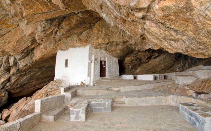 Εκκλησάκι στη Σύρο: Το εκκλησάκι «σφηνωμένο» ανάμεσα σε βράχους