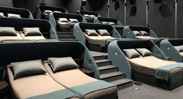 Σινεμά με κρεβάτια: Λουξ σινεμά στην Ελβετία με κρεβάτια και μαξιλάρια