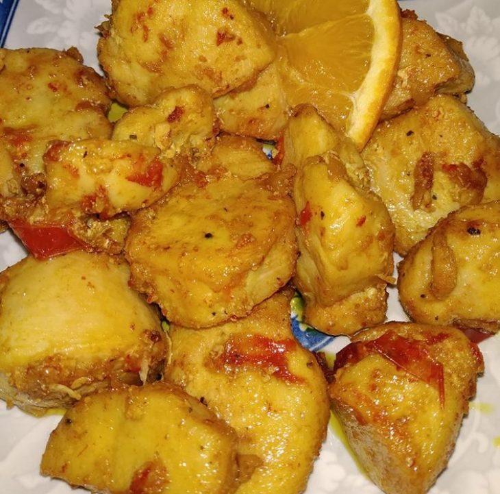 Φιλέτο κοτόπουλο στο τηγάνι: Συνταγή με κουρκουμά και πορτοκάλι