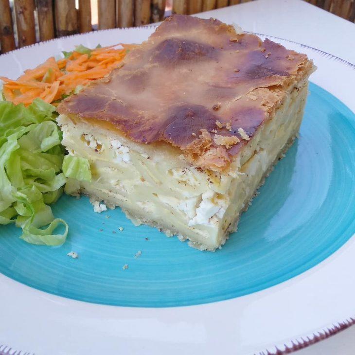 Χωριάτικη πίτα: Συνταγή με μπόλικο τυράκι και μακαρόνια