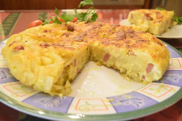 Ομελέτα με λουκάνικα και πατάτες: Γευστικό και γρήγορο πιάτο για όλους