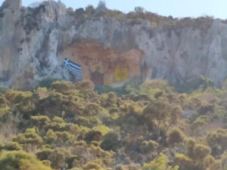 Καστελόριζο έργο: Zωγράφος έφτιαξε τεράστια βραχογραφία της Παναγίας