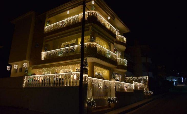 Κοζάνη: Φωτίστηκε και φέτος το εντυπωσιακό σπίτι των Χριστουγέννων
