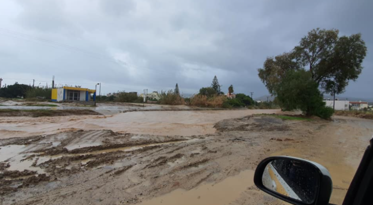 Κακοκαιρία στην Κρήτη: Οι πλημμύρες στο νησί γέμισαν με λάσπη τους δρόμους