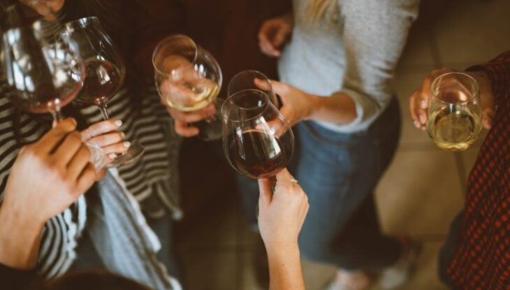 Πάρτι ανευθυνότητας: 24χρονη διοργάνωσε παράνομο πάρτι με 31 άτομα