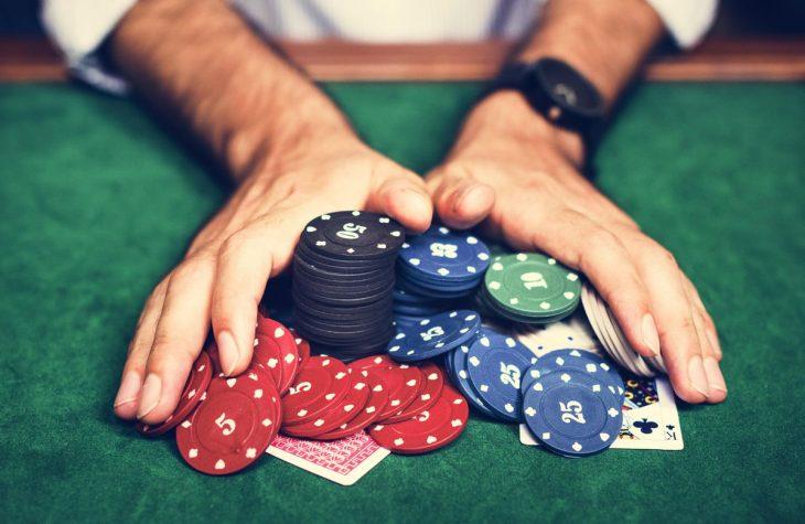 Θεσσαλονίκη καραντίνα: 18 άτομα έπαιζαν παράνομα πόκερ σε κατάστημα