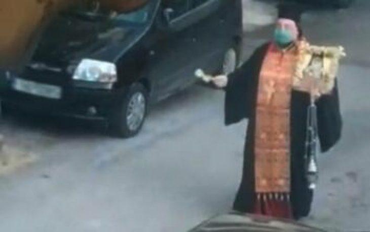 Ηλιούπολη: Ιερέας θυμιάτιζε και έψελνε με μάσκα στους δρόμους