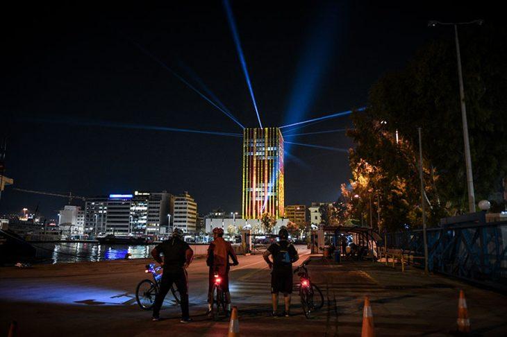 Πύργος Πειραιά: Φωταγωγήθηκε για τα Χριστούγεννα-Εντυπωσιακό θέαμα