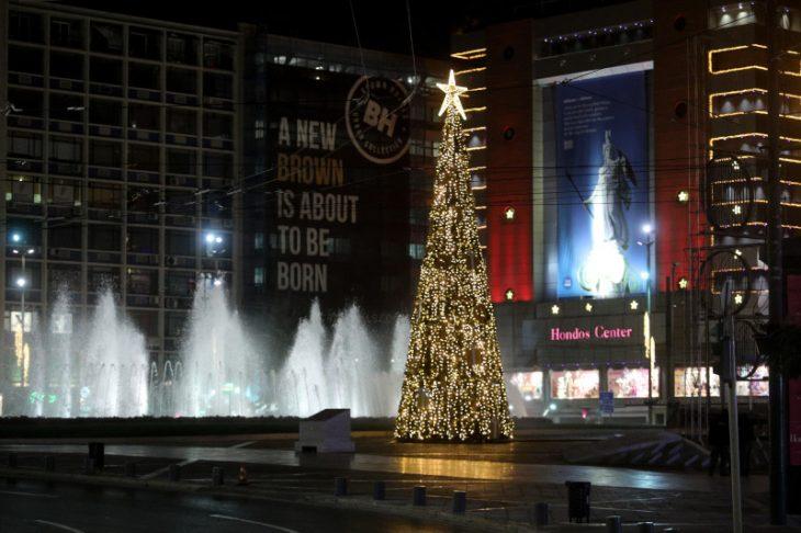 Πλατεία Ομόνοιας: Στολίστηκε το χριστουγεννιάτικο δέντρο ύψους 15 μέτρων – Δείτε τις φωτογραφίες