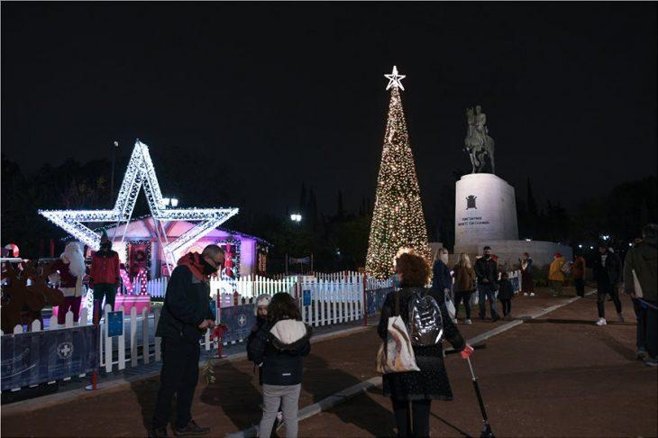 Πεδίο του Άρεως: Φωταγωγήθηκε το χριστουγεννιάτικο δέντρο – Δείτε τις εντυπωσιακές φωτογραφίες