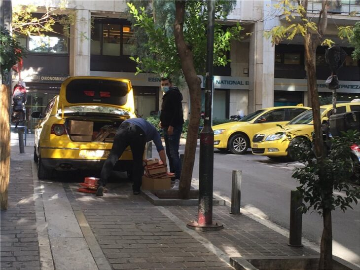 Παραγγελίες: Τα καταστήματα επιστρατεύουν μέχρι και ταξί