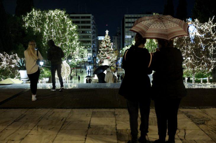 Πλατεία Συντάγματος: Φωταγωγήθηκε το χριστουγεννιάτικο δέντρο