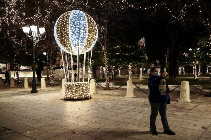 Κέντρο Αθήνας: Πώς φωταγωγήθηκε το δέντρο στο Σύνταγμα