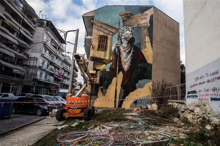 Δράμα: Γκράφιτι εμπνευσμένο από τον κορονοϊό σε πολυκατοικία