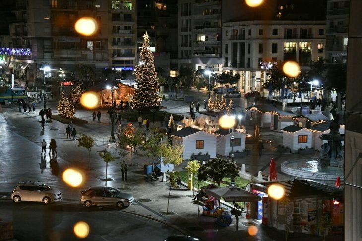 Πάτρα: Φωταγωγήθηκε το χριστουγεννιάτικο χωριό στην Πλατεία Γεωργίου – Εντυπωσιακές εικόνες