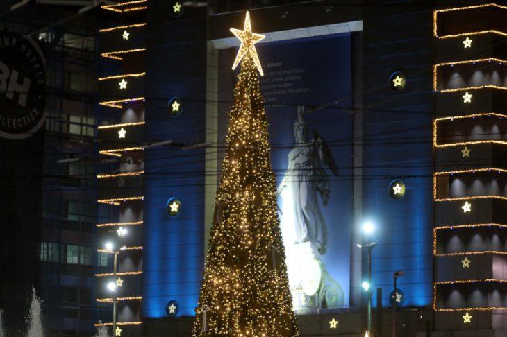 Πλατεία Ομόνοιας: Στολίστηκε το χριστουγεννιάτικο δέντρο 15 μέτρων