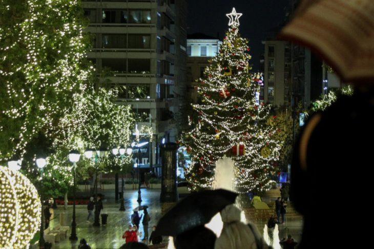 Πλατεία Συντάγματος: Φωταγωγήθηκε το χριστουγεννιάτικο δέντρο – Δείτε τις εντυπωσιακές φωτογραφίες