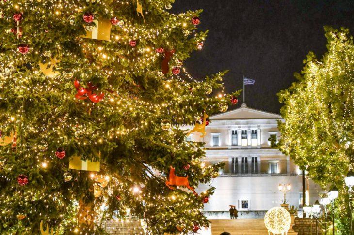 Κέντρο Αθήνας: Πώς φωταγωγήθηκε το χριστουγεννιάτικο δέντρο στην Πλατεία Συντάγματος