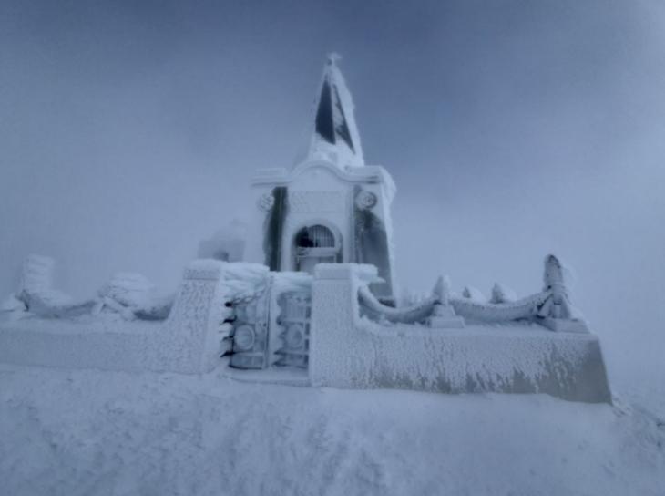 Καϊμακτσαλάν: Στα λευκά ντύθηκε το εκκλησάκι στον Προφήτη Ηλία
