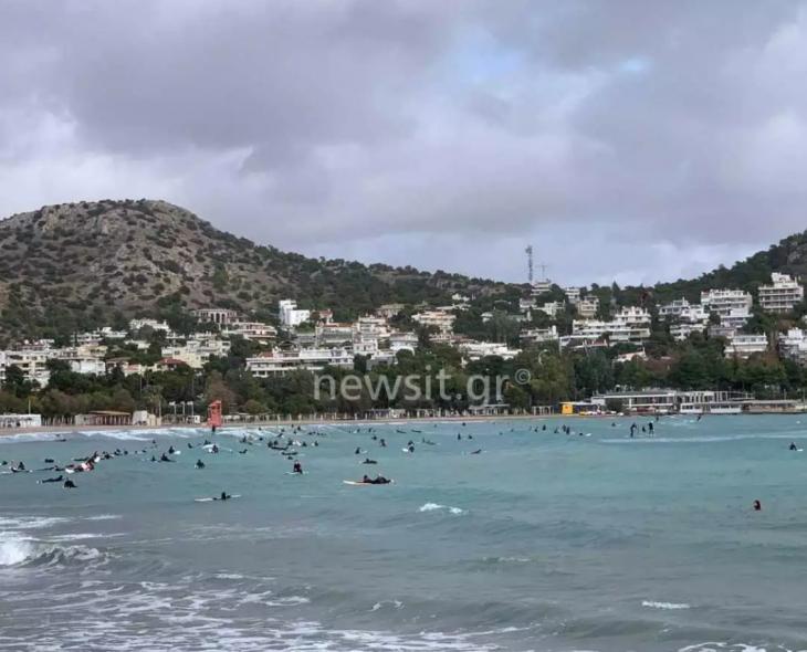 Βουλιαγμένη Αττικής: Πλήθος κόσμου πήγε στην παραλία για σερφ