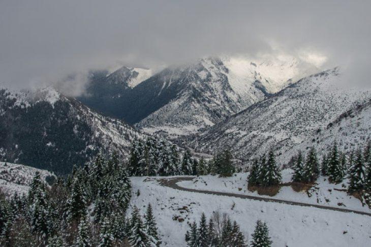 Τρίκαλα: Έπεσαν τα πρώτα χιόνια στα ορεινά - Μαγικό το τοπίο