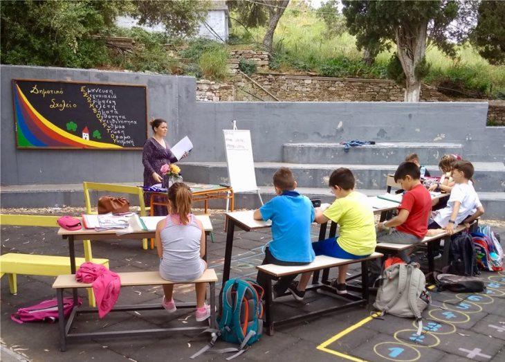 Ναύπλιο: Μαθητές δημοτικού έκαναν μάθημε στην αυλή του σχολείου