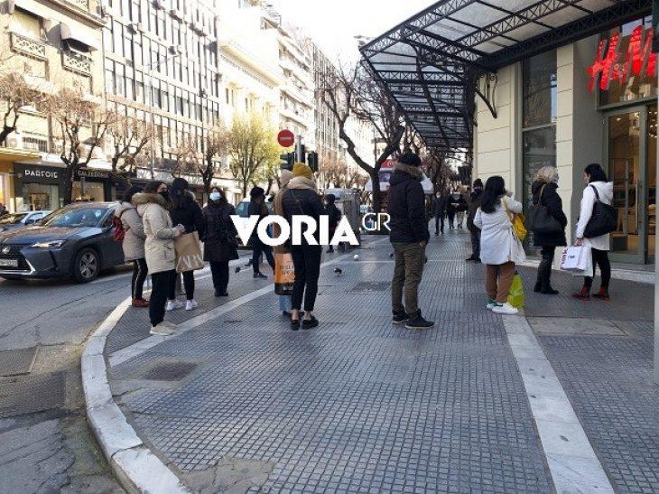 Θεσσαλονίκη άνοιγμα αγοράς: Ουρές έξω από καταστήματα για αγορές